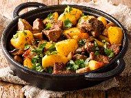 Гювеч със свинско месо, картофи, праз лук, гъби и моркови на фурна
